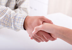 Homme et femme se serrant la main Photographie stock