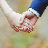 Homme et femme se tenant à la main Image stock