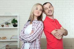 Homme et femme se tenant de nouveau au dos après querelle à la maison Confl Images libres de droits