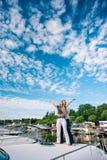 Homme et femme se tenant sur le yacht photo stock