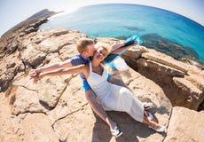 Homme et femme se tenant sur un bord de la mer , embrassant des couples d'amour Photos stock