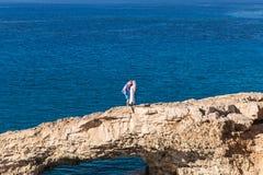 Homme et femme se tenant sur un bord de la mer , embrassant des couples d'amour Photo libre de droits