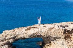 Homme et femme se tenant sur un bord de la mer , embrassant des couples d'amour Images stock
