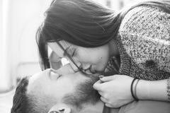 Homme et femme se trouvant sur le plancher Photo stock