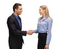 Homme et femme serrant leur main Image stock