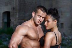Homme et femme sportifs à l'extérieur images stock