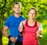 Homme et femme sportifs après exercice de forme physique Photo libre de droits