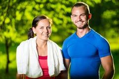 Homme et femme sportifs après exercice de forme physique Image stock