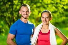 Homme et femme sportifs après exercice de forme physique Photos libres de droits