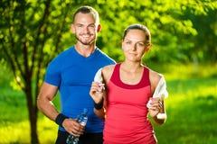 Homme et femme sportifs après exercice de forme physique Image libre de droits