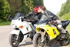 Homme et femme sur des motos Photographie stock libre de droits