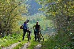 Homme et femme sur des vélos Photos libres de droits