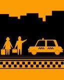 Homme et femme sur l'arrêt de taxi Photos libres de droits