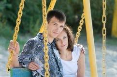 Homme et femme sur l'oscillation image stock