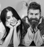 Homme et femme sur la configuration de sourire de visages, fond rose Couples dans l'amour heureux ensemble Homme et femme barbus  images stock