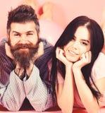 Homme et femme sur la configuration de sourire de visages, fond rose Couples dans l'amour heureux ensemble Homme et femme barbus  photographie stock libre de droits