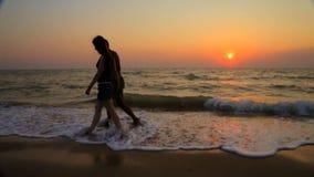 Homme et femme sur la plage sablonneuse clips vidéos