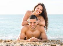 Homme et femme sur la plage sablonneuse Photos stock