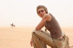 Homme et femme sur le désert Images libres de droits