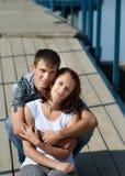 Homme et femme sur le pilier, regard à l'appareil-photo image libre de droits