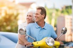 Homme et femme sur le scooter photographie stock libre de droits