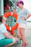 Homme et femme sur les banques de la rivière Photos stock