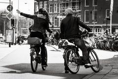 Homme et femme sur les vélos, Amsterdam Photo libre de droits