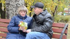 Homme et femme sur un banc banque de vidéos
