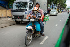 Homme et femme sur un vélo Photo stock