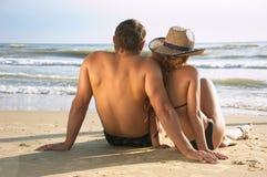 Homme et femme sur une plage de mer Photo stock