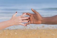 Homme et femme tenant chaque main d'other's (symbole de l'amour et de la diversité) Photo libre de droits