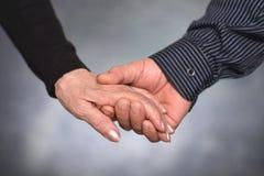 Homme et femme tenant des mains Photos stock