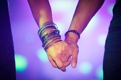 Homme et femme tenant des mains ensemble Photos libres de droits
