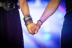 Homme et femme tenant des mains ensemble Images stock