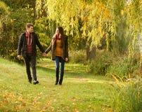 Homme et femme tenant la marche de mains Photographie stock libre de droits