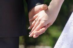 Homme et femme tenant le plan rapproché de mains Images stock