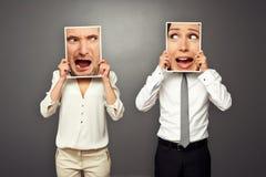 Homme et femme tenant les visages criards Image stock
