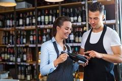 Homme et femme travaillant au café Photographie stock libre de droits
