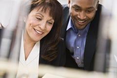 Homme et femme travaillant dans le bureau Photo libre de droits