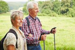 Homme et femme trimardant en été Photo stock