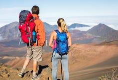 Homme et femme trimardant sur la belle traînée de montagne Image stock