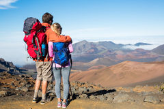 Homme et femme trimardant sur la belle traînée de montagne Images libres de droits
