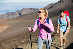 Homme et femme trimardant sur la belle traînée de montagne Photo stock