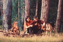 Homme et femme voyageant avec le chien au camp photos libres de droits