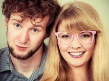 Homme et femmes heureux de couples en verres Photo stock