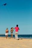 Homme et femmes jouant le boule sur la plage Photos libres de droits
