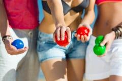 Homme et femmes jouant le boule sur la plage Photos stock