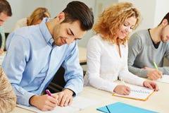Homme et femme au centre d'évaluation Image stock