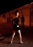 Homme et fille dans la ruelle Image libre de droits