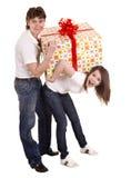 Homme et fille heureux avec le cadre de cadeau. Photos libres de droits